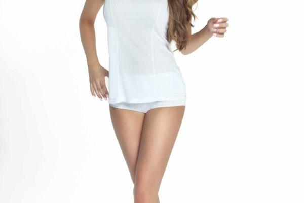 modelka w bialej koszulce nocnej