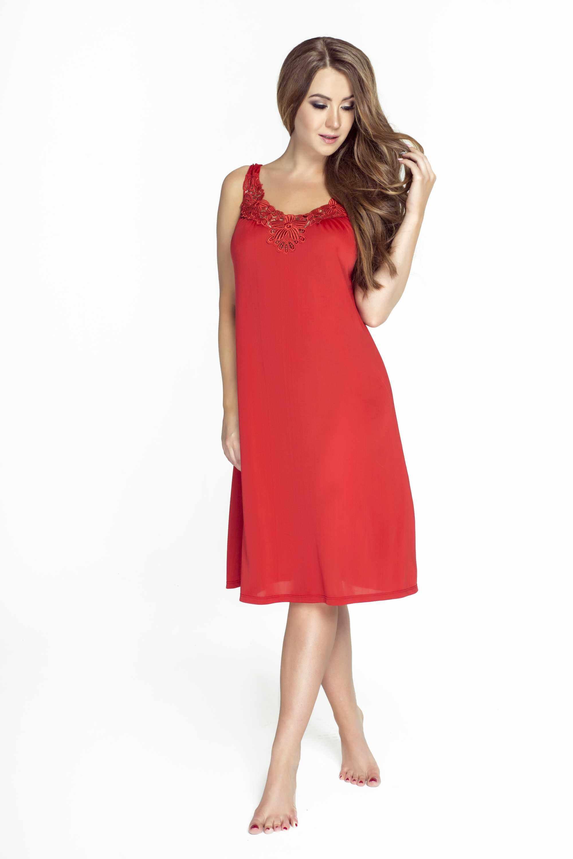 modelka w czerwonej koszulce nocnej