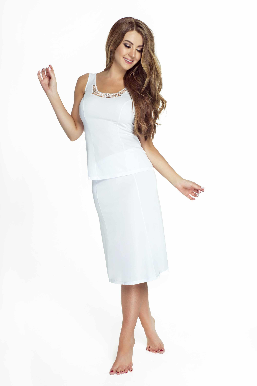 modelka w bielej koszulce nocnej