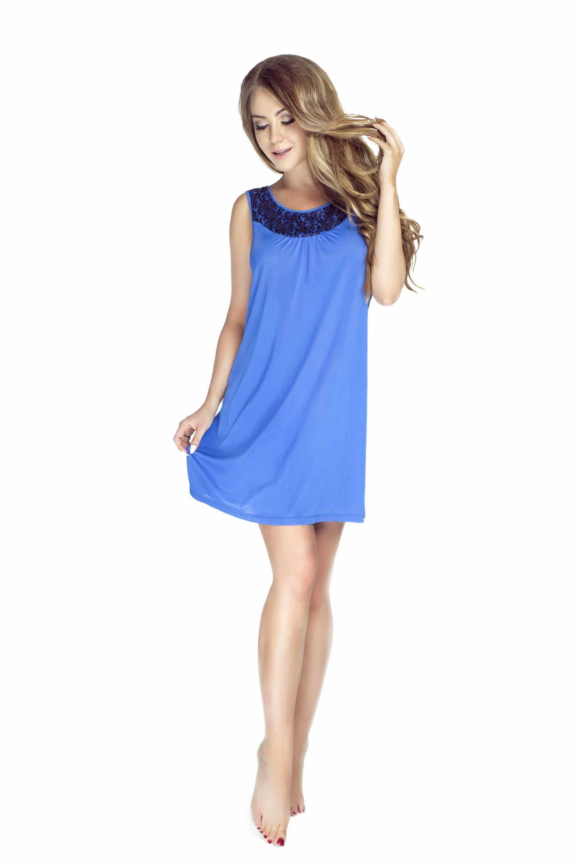 kobieta w niebieskiej koszulce damskiej