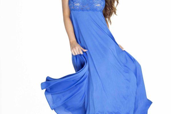 kobieta w niebieskiej koszulce nocnej