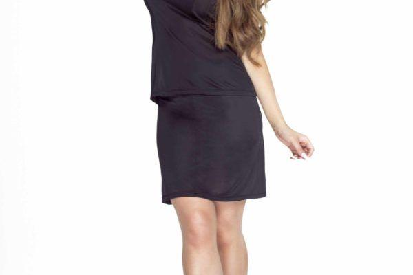 kobieta w czarnej koszulce nocnej